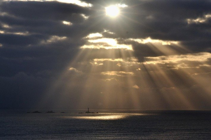 Beam of light shining through clouds clipart svg The sunbeam illusion or crepuscular rays. The sun shines through ... svg