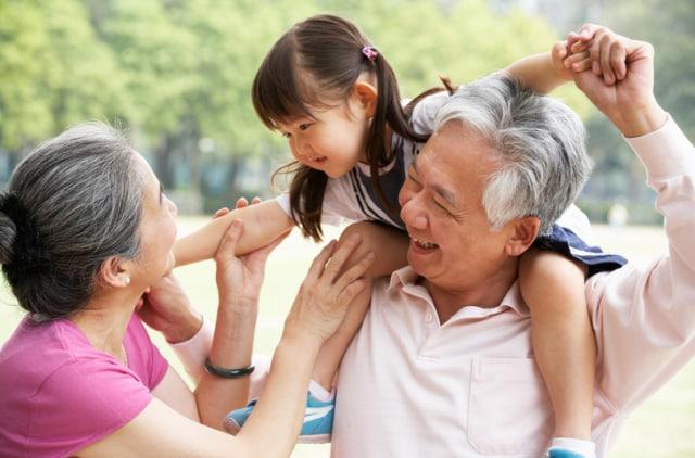 Clipart sikap sopan kepada kakek dan nenek image freeuse 5 Masalah dengan Kakek-Nenek Si Kecil dan Cara Mengatasinya ... image freeuse