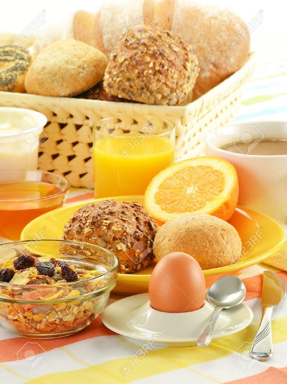Cliparts brunch kostenlos clipart royalty free stock Frühstück Inklusive Brötchen, Ei, Käse, Kaffee Und Orangensaft Auf ... clipart royalty free stock